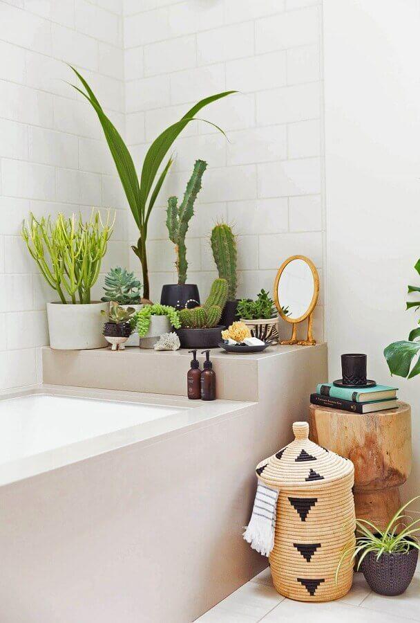 decoração com plantas no banheiro branco com banheira Foto Decor Assentos