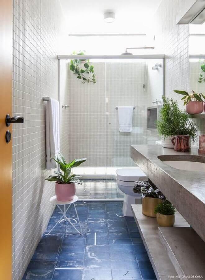 decoração com plantas no banheiro branco com piso azul Foto Futurist Architecture