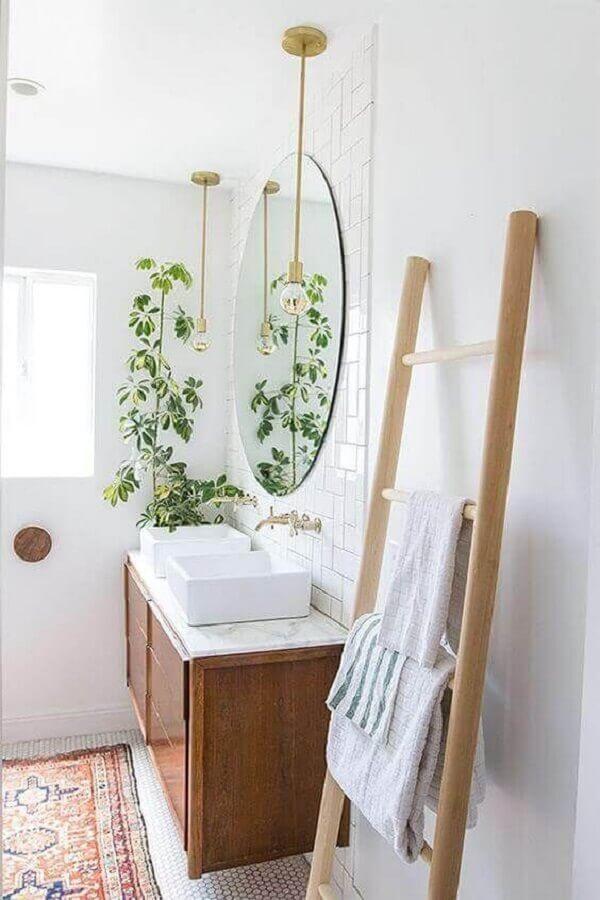 decoração com plantas no banheiro clean com gabinete de madeira e pendente dourado Foto Pinterest