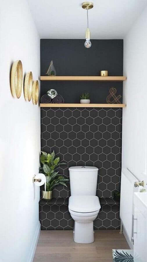 decoração com plantas no banheiro moderno e pequeno com revestimento preto Foto Bugre Moda