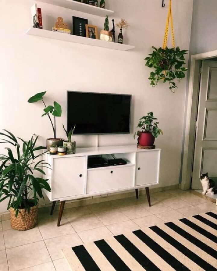decoração com plantas para sala simples com tapete listrado e rack retrô Foto Pinterest