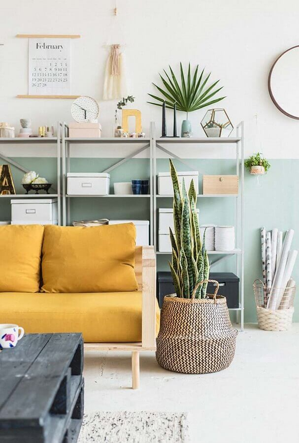 decoração com plantas para sala simples decorada com sofá amarelo de madeira Foto CoachDecor