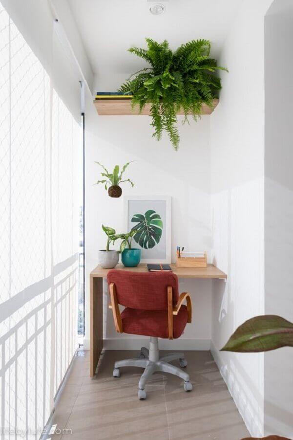decoração com plantas para varanda pequena com home office Foto Life by Lufe