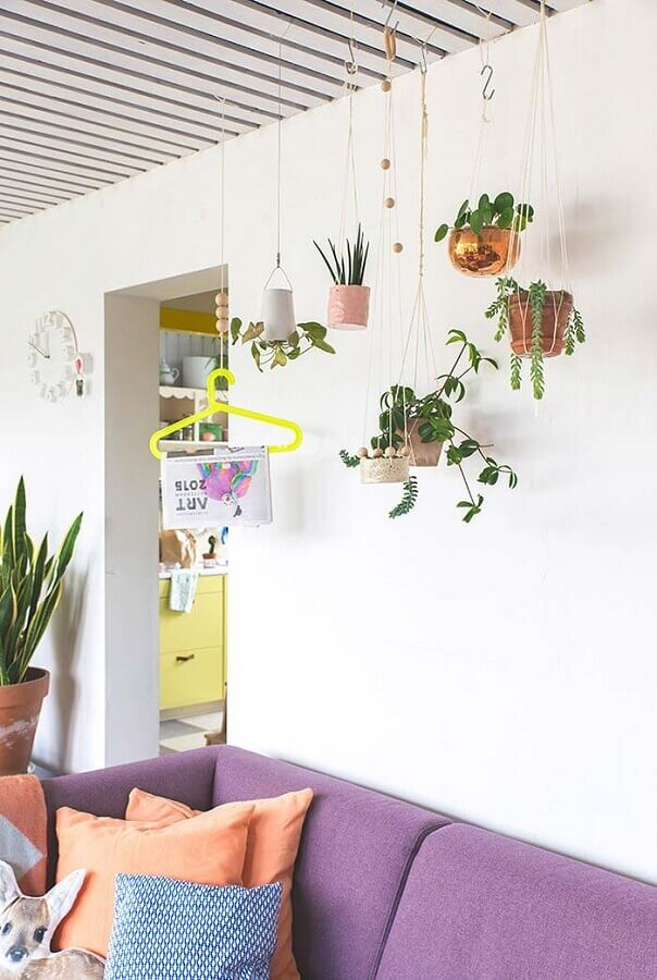 decoração com plantas pendentes para sala de estar simples Foto Revista Artesanato
