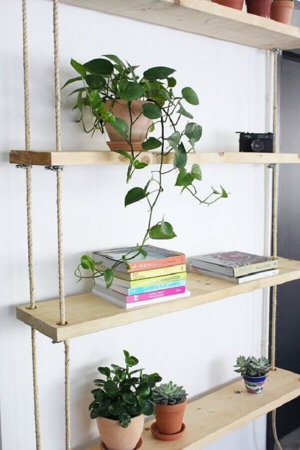 decoração com prateleira de madeira suspensa por corda Foto Ligia Batschke