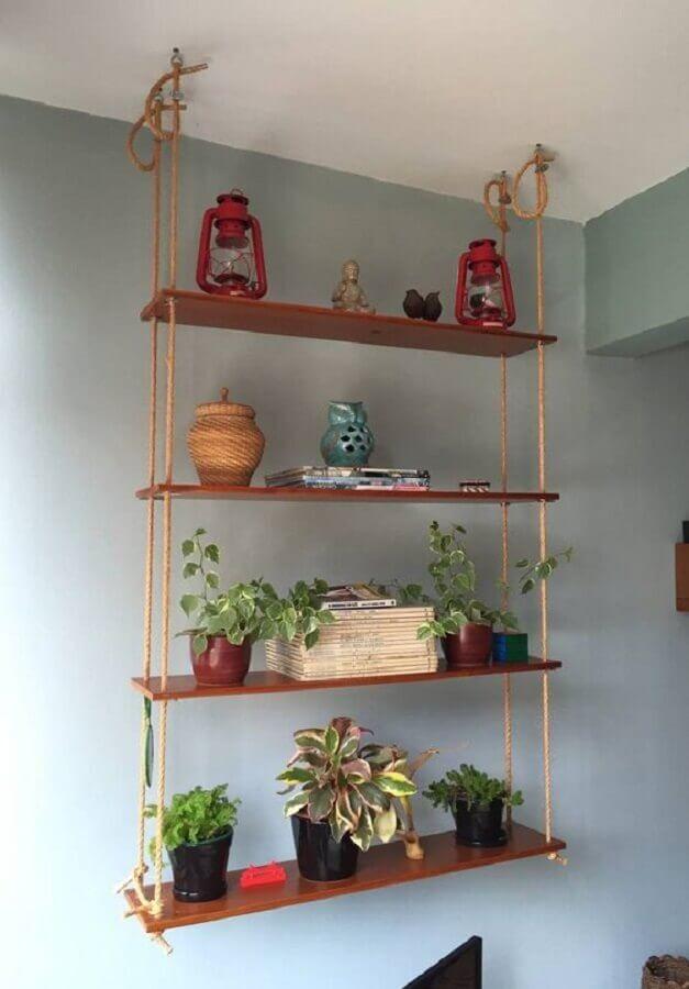 decoração com prateleira de madeira suspensa por corda Foto Pinterest