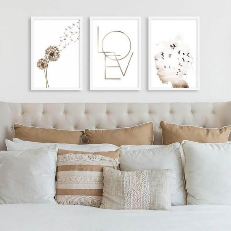 decoração com quadro de parede para quarto com cabeceira capitonê bege Foto Pirilampo Decor