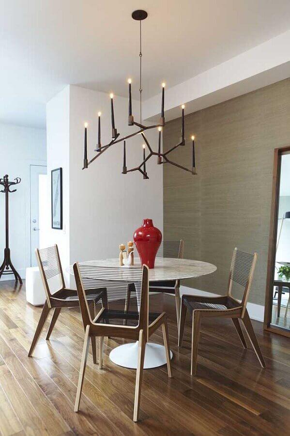 decoração com vaso decorativo vermelho para mesa de jantar Foto Homedit