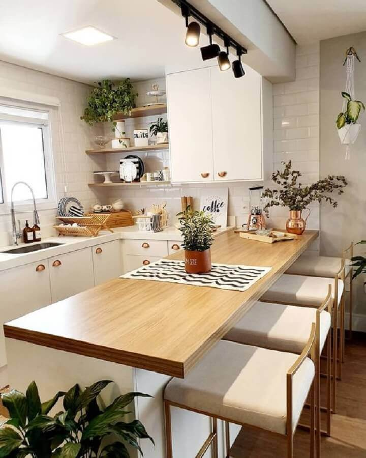 decoração cozinha em U com bancada de madeira e trilho de luz Foto Sedsk Decor