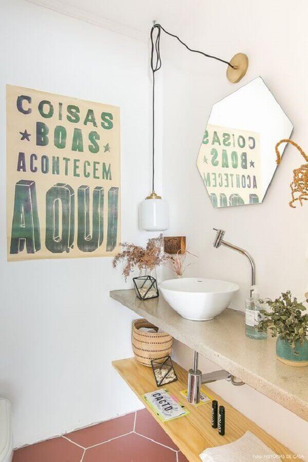 decoração de banheiro com quadros com frases Foto Histórias de Casa