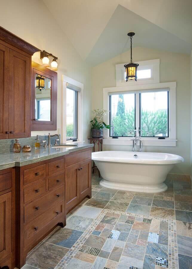 decoração de banheiro rústico com armário de madeira piso antigo e banheira Foto Home Fashion Trend