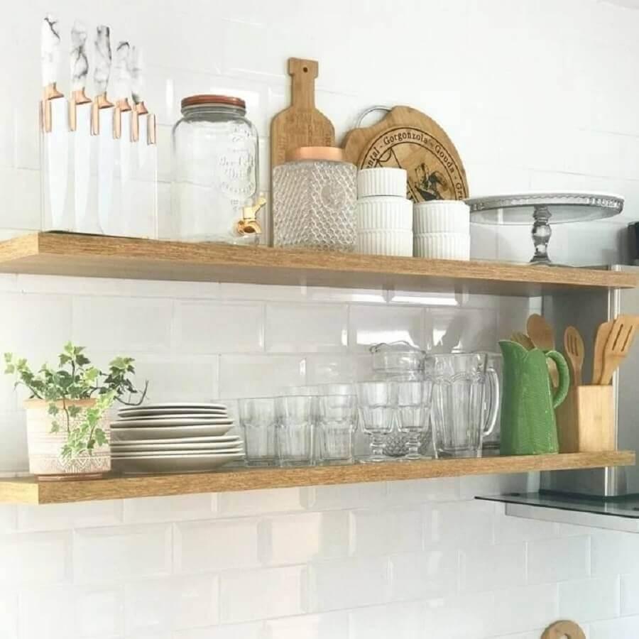 decoração de cozinha com prateleira suspensa de madeira Foto Home It Decor