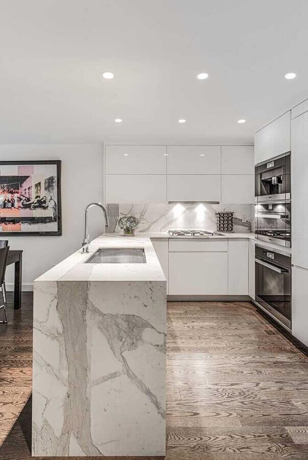 decoração de cozinha em U com bancada de mármore Foto Futurist Architecture