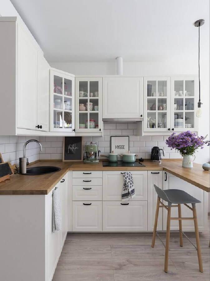 decoração de cozinha em U com bancada de madeira Foto Pinterest