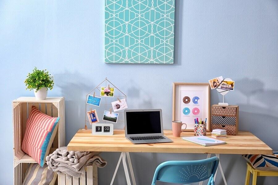 decoração de home office simples em tons de azul