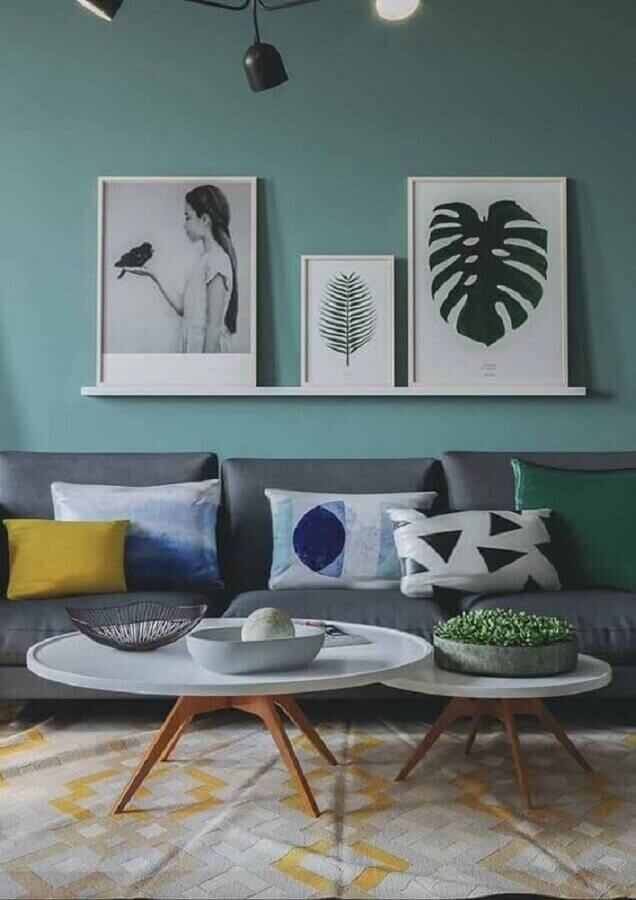 decoração de sala verde e cinza com suporte para quadros de parede Foto Homedit