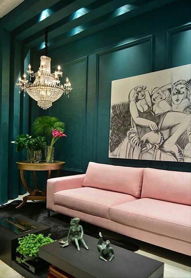 decoração de sala verde sofisticada com lustre de cristal e sofá rosa Foto Simples Decoração