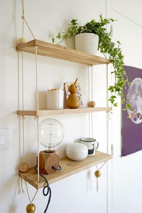 decoração delicada com prateleira de madeira suspensa por corda Foto Viajando no Apê