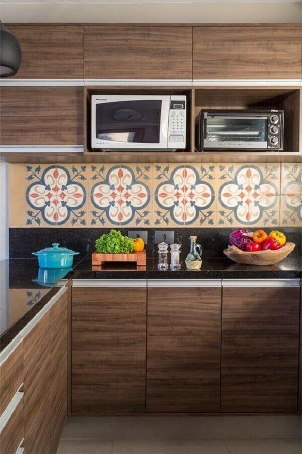 decoração em cores neutras com faixa de cerâmica para cozinha planejada com armários de madeira Foto Lore Arquitetura