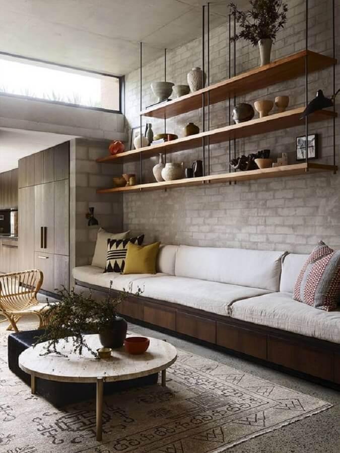 decoração industrial com prateleira suspensa teto para sala Foto Pinterest