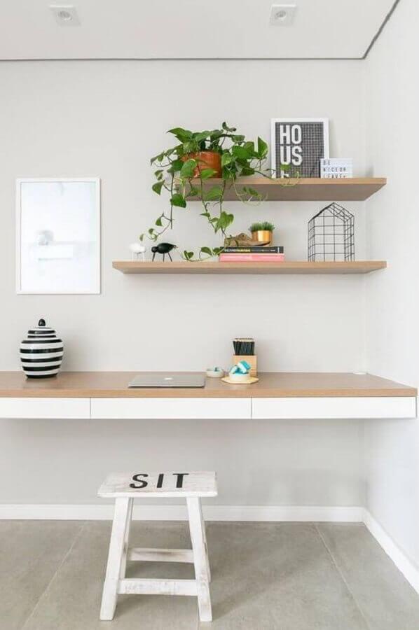 decoração minimalista com prateleira suspensa para home office Foto Pinterest