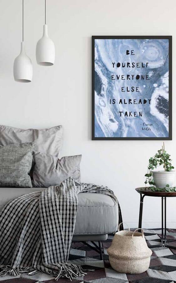 decoração minimalista com quadros com frases para sala Foto Behance
