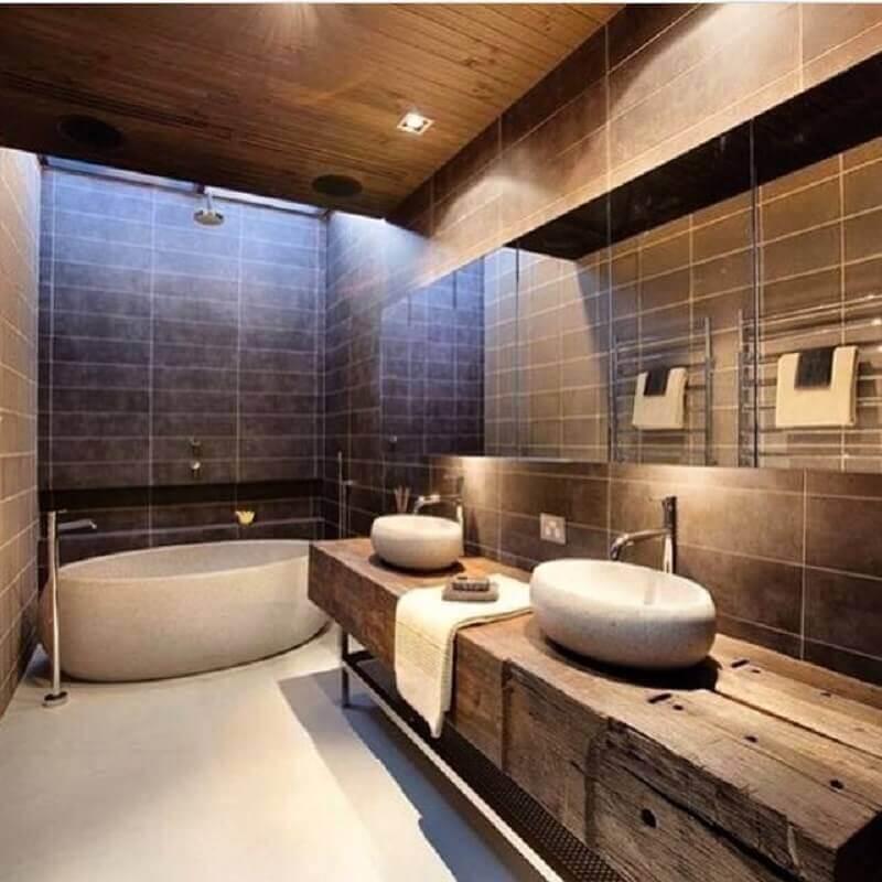 decoração para banheiro rústico moderno com banheira Foto Mica Arquitetura