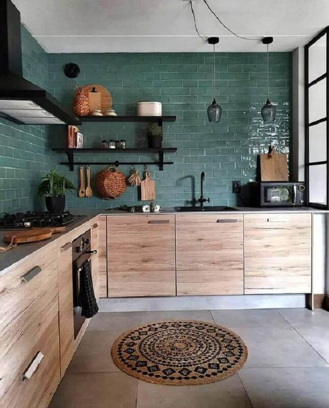 decoração para cozinha planejada verde com armários de madeira e prateleiras pretas Foto Pinterest