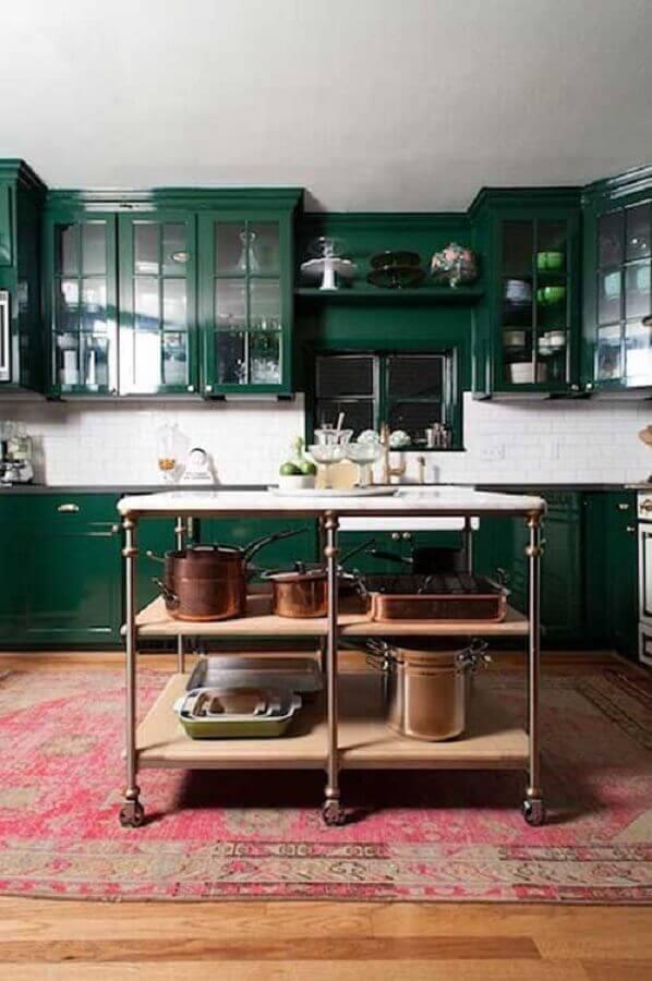 decoração para cozinha verde escuro com armários planejados com estilo antigo Foto Sua Decoração