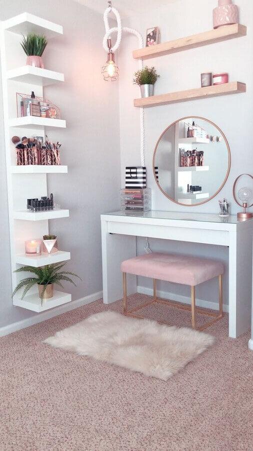 decoração para penteadeira branca com detalhes em rosa pastel Foto Archilovers