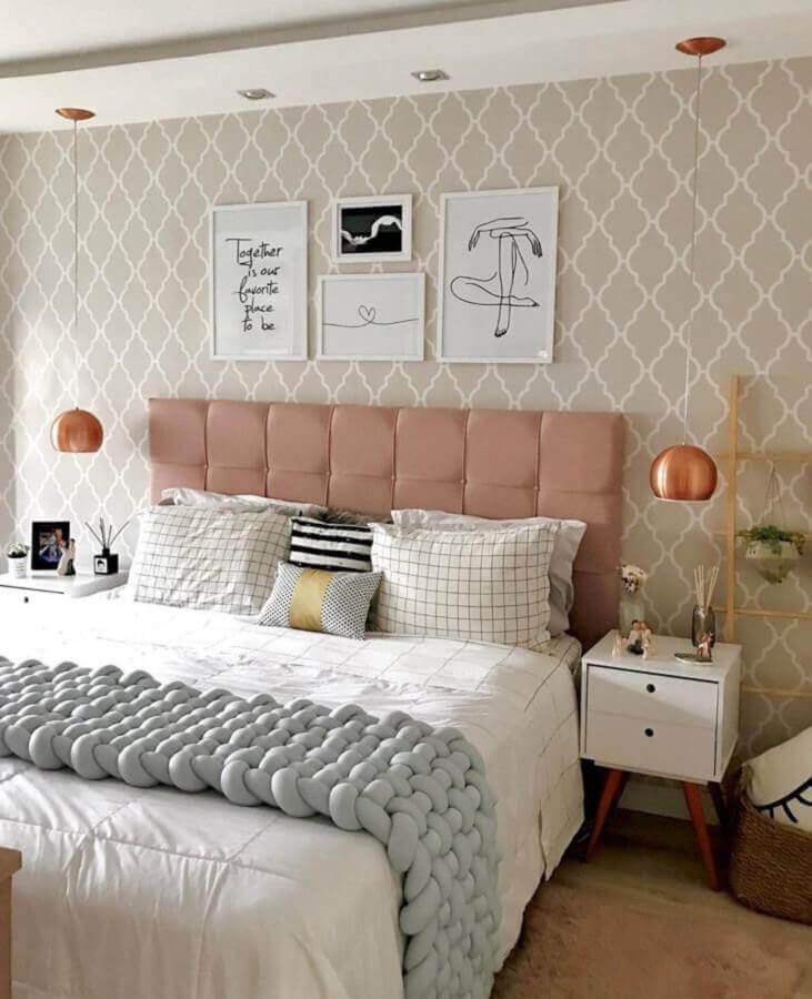 decoração para quarto de casal rosa e com tons de bege com peseira de tricô gigante cinza Foto Casa de Bamba 101