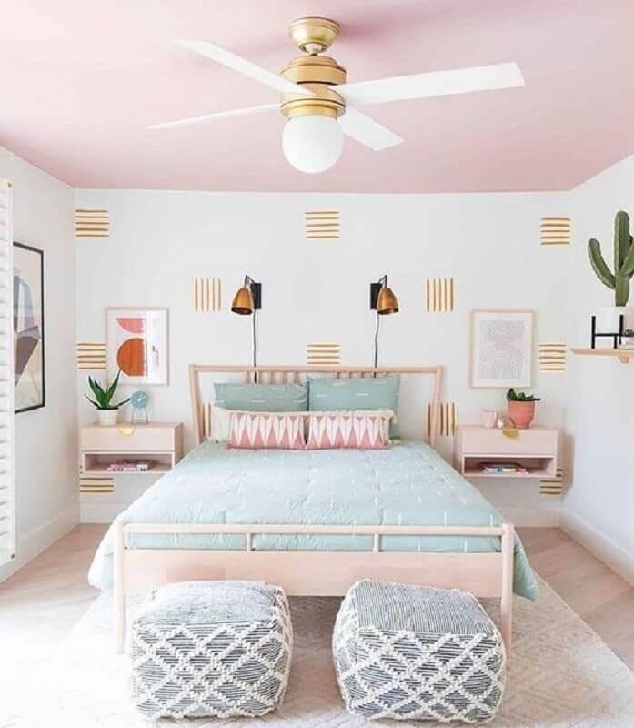 decoração para quarto rosa pastel e branco com roupa de cama azul claro Foto Casa das Amigas