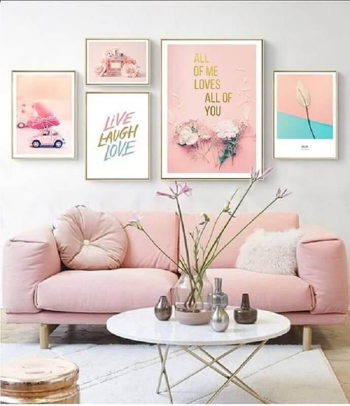 decoração para sala com sofá na cor rosa pastel e vários quadros Foto NordicWallArt