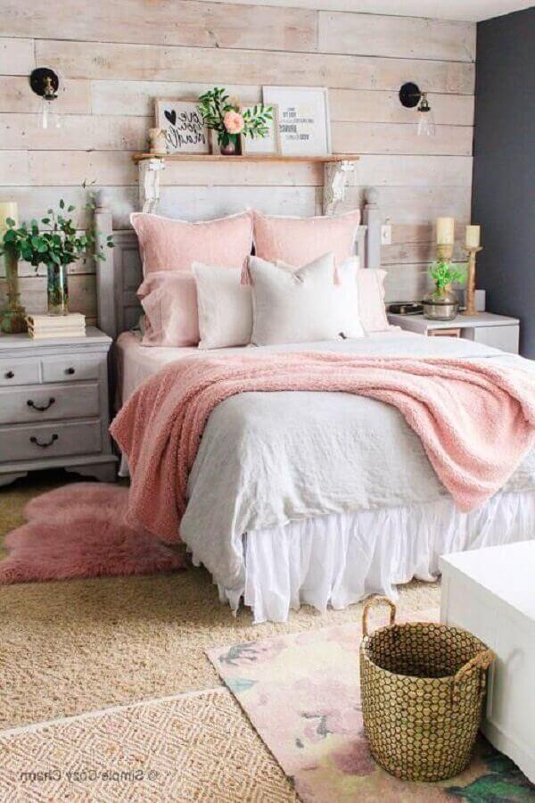 decoração rústica para quarto rosa pastel com parede revestida de madeira Foto Anna Williams