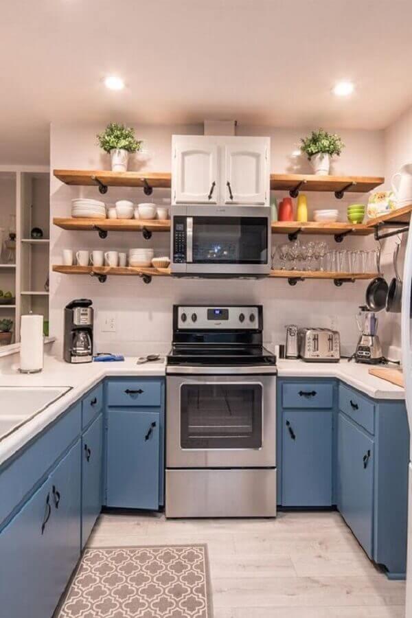 decoração retrô para cozinha em U com armários azuis e prateleiras de madeira Foto Awesome Home Ideas