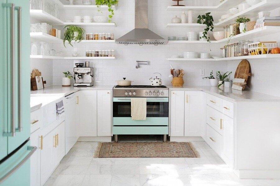 decoração retrô para cozinha planejada em U toda branca com prateleiras Foto Make Space