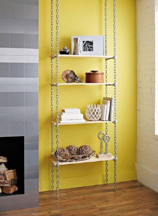 decoração simples com prateleira suspensa com correntes Foto Pinterest