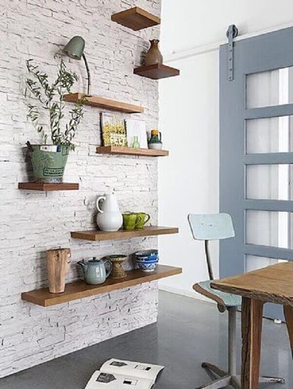 decoração simples com prateleira suspensa para parede de tijolinho branca Foto Casa de Valentina