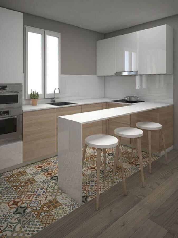 decoração simples para cozinha em U com piso hidráulico Foto Hester Ridgeway