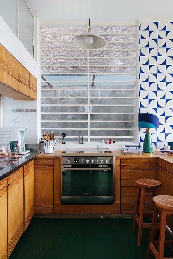decoração simples para cozinha em U pequena com armários de madeira Foto Pinterest