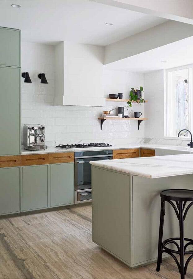 decoração simples para cozinha verde claro com prateleira de madeira Foto Martha Stewart
