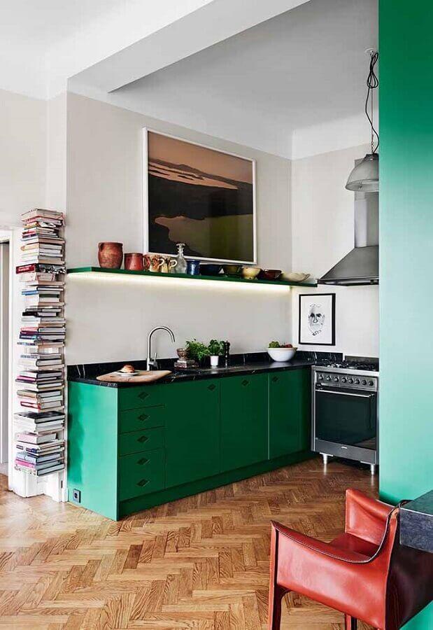 decoração simples para cozinha verde e branca com piso de madeira Foto Casinha Colorida