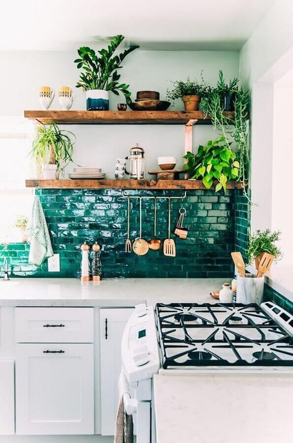 decoração simples para cozinha verde e branca com prateleiras de madeira Foto Martha Stewart