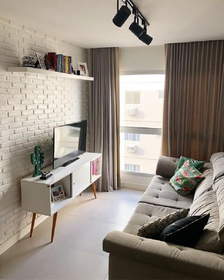 decoração simples para sala com rack retrô branco e sofá cinza Foto Pinterest