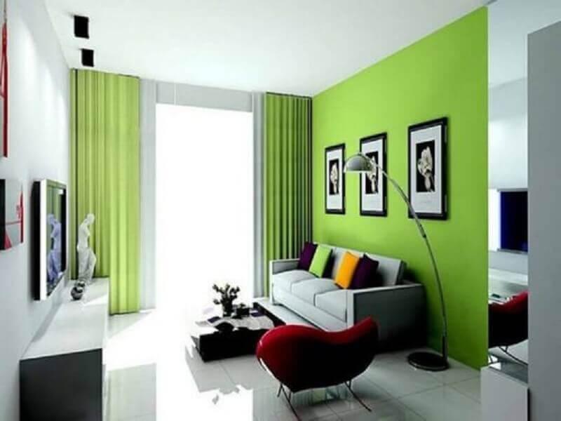 decoração simples para sala verde com poltrona vermelha Foto Pinterest