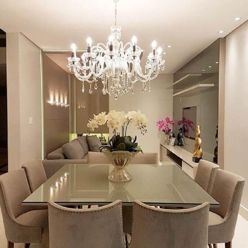 decoração sofisticada com lustre de cristal e vasos de metais para mesa de jantar Foto We Love It