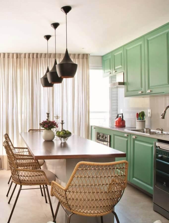 delicada decoração para cozinha verde com pendentes pretos Foto Pinterest