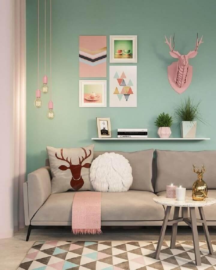detalhes em rosa pastel para sala decorada com sofá cinza e parede verde água Foto Archilovers
