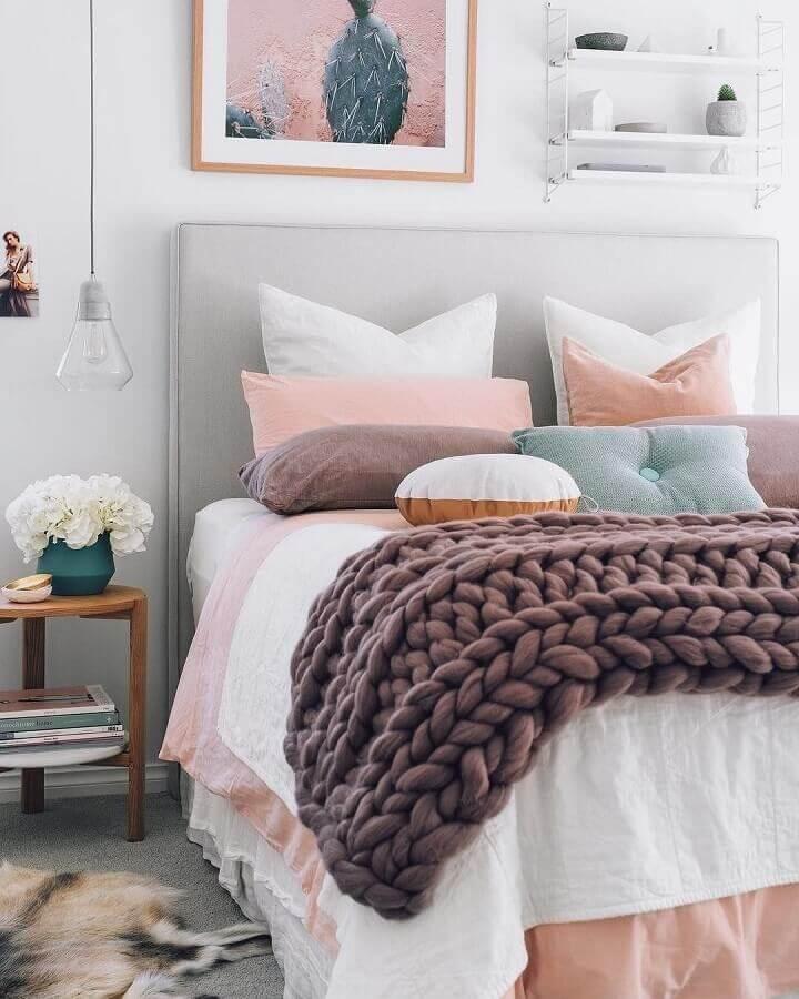 detalhes em tons de rosa pastel para quarto branco com cabeceira estofada cinza Foto OneChitecture