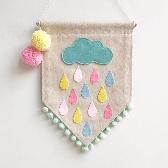Placa de enfeite com nuvem de feltro colorido